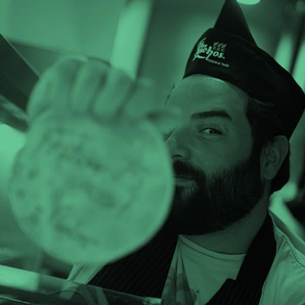 pedro reyes reconocido chef visitando los panchos restaurant